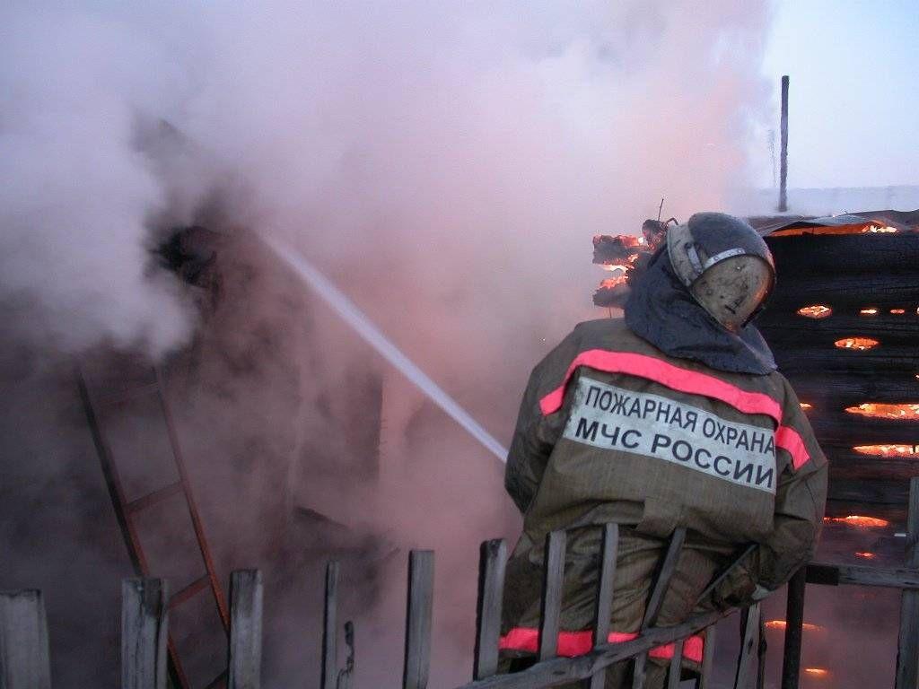 Пожар в бесхозном строении в г. Азове