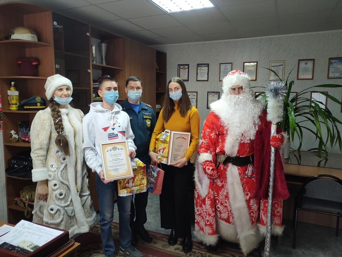 В канун Нового года в Волгодонске сотрудники МЧС наградили юных горожан