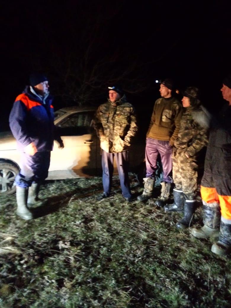 Спасатели сняли с оторвавшейся льдины четырех рыбаков