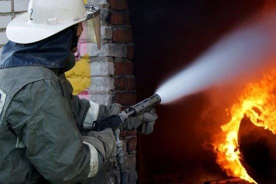 Пожар в бесхозном строении в г. Шахты