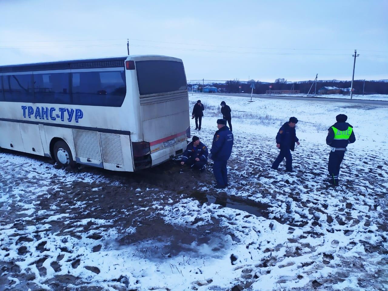 Пассажиры автобуса, съехавшего в кювет на автодороге Кашары-Морозовск, поблагодарили местные власти и МЧС