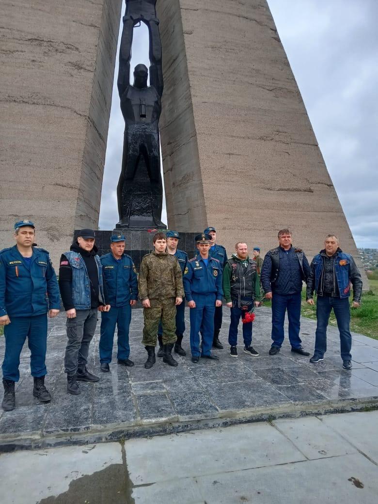 В Шахтах огнеборцы и байкеры возложили цветы к мемориалу жертвам фашизма