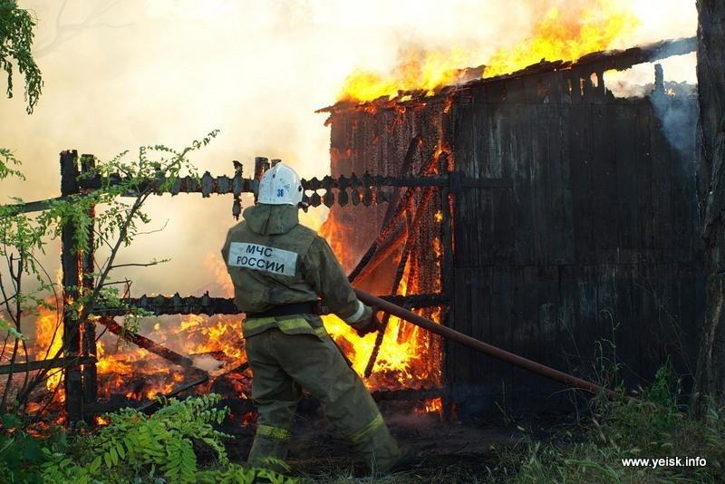 Пожар в хозяйственных постройках в Сальском районе