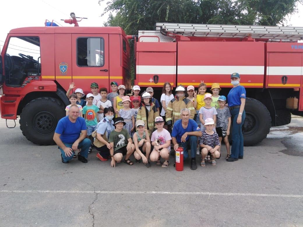 Сотрудники МЧС проводят занятия в детских лагерях по обучению детей основам безопасности  жизнедеятельности